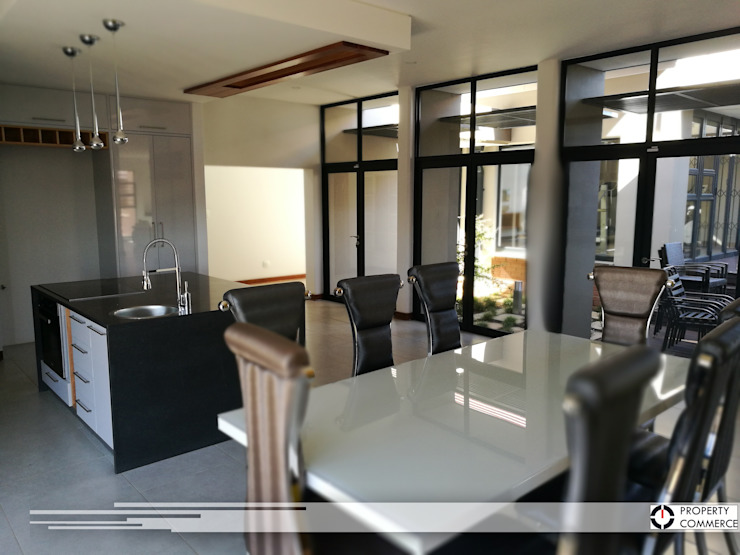 Open plan kitchen & dining Modern dining room by Property Commerce Architects Modern