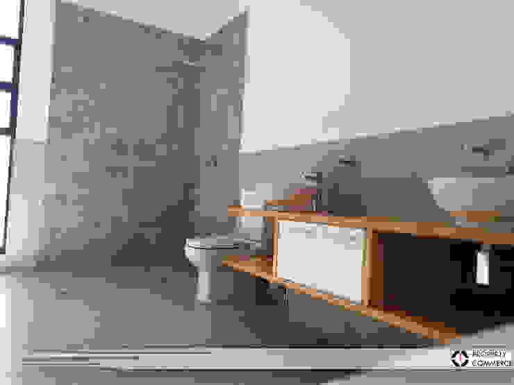 Main bathroom Modern bathroom by Property Commerce Architects Modern
