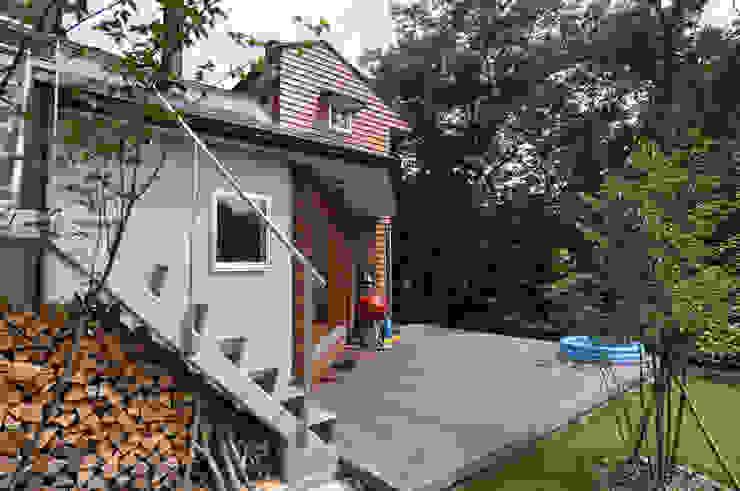現代房屋設計點子、靈感 & 圖片 根據 (株)独楽蔵 KOMAGURA 現代風