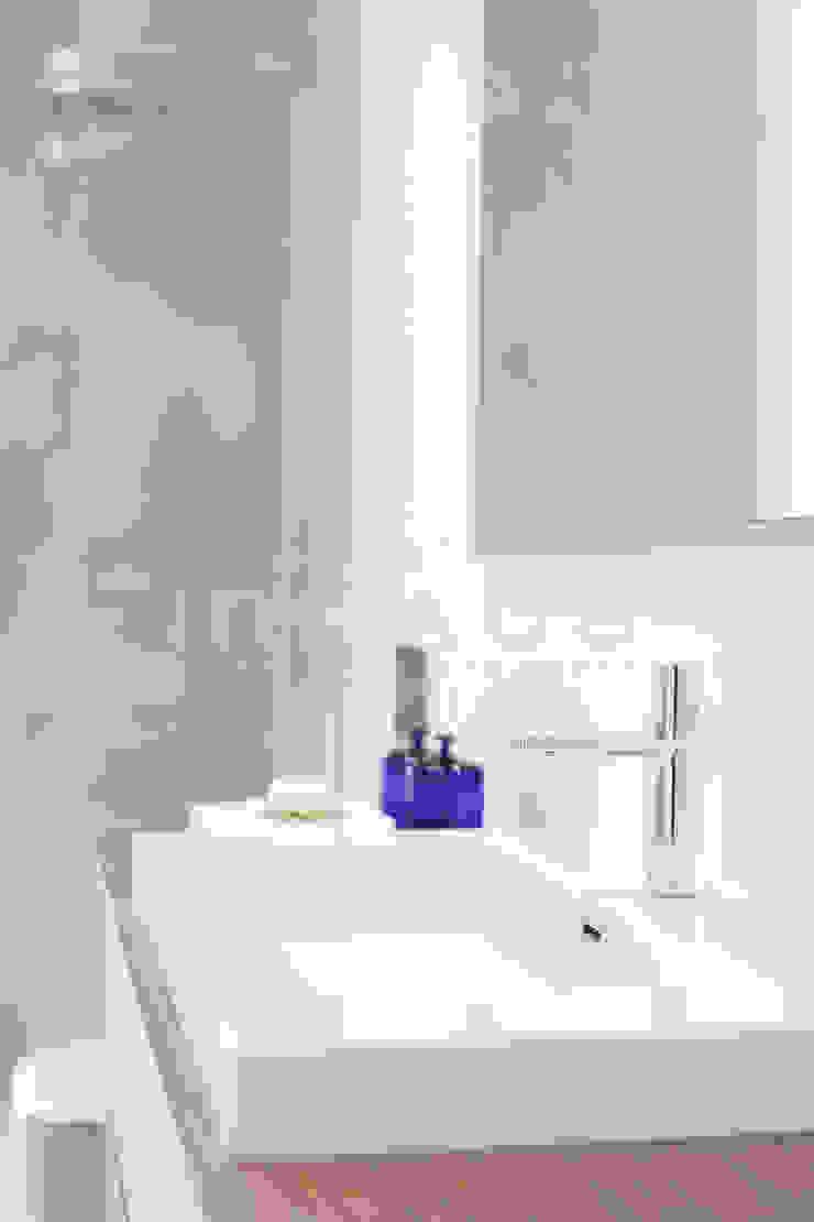 Casas inHAUS Salle de bain moderne Blanc