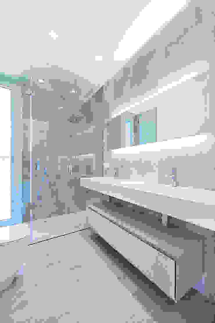 Phòng tắm phong cách hiện đại bởi Casas inHAUS Hiện đại
