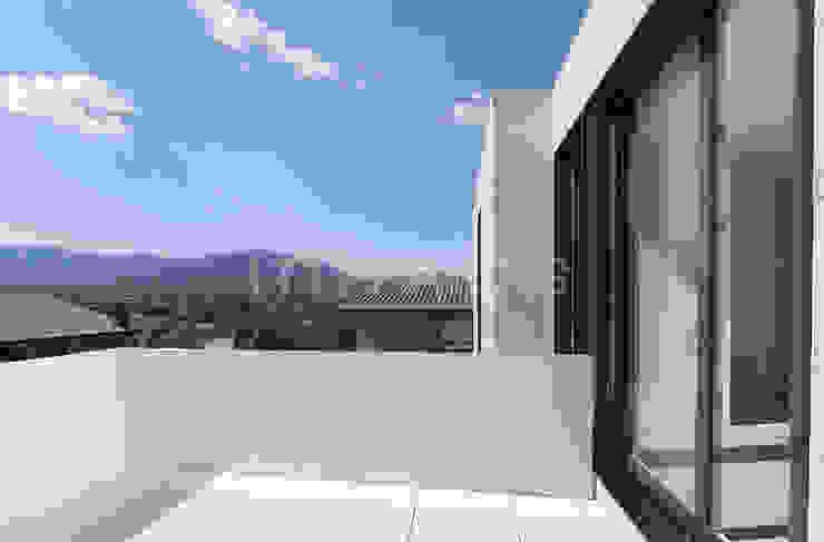Hiên, sân thượng phong cách hiện đại bởi Casas inHAUS Hiện đại