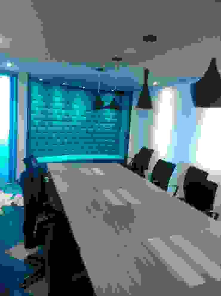 Safá, mesa y sillas sala de reuniones y multimedia de CMS Mobiliario Moderno Contrachapado