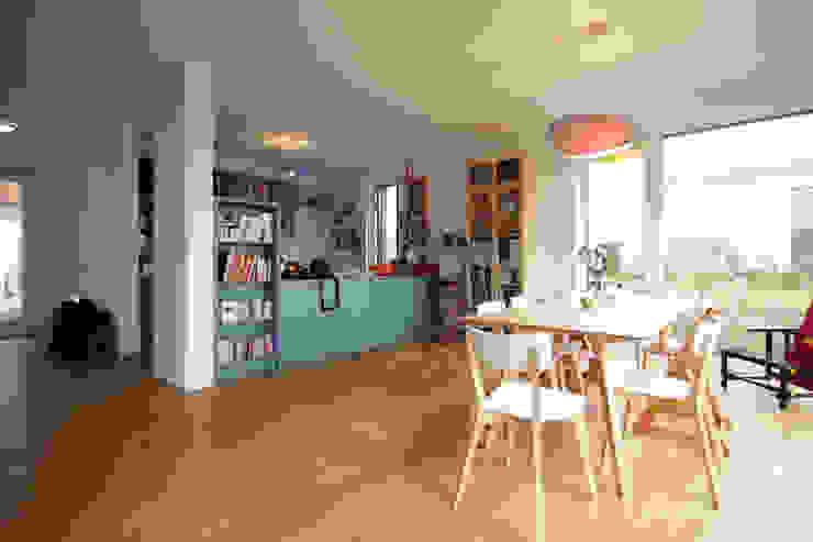 Wohnraum mit Küche ARCHITEKTEN BRÜNING REIN Moderne Wohnzimmer
