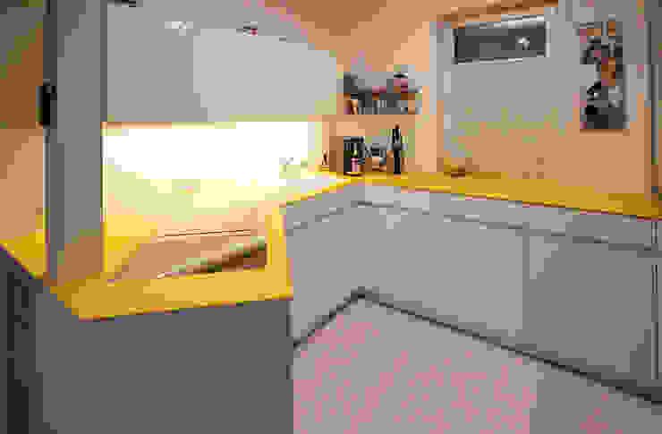 Glascouture by Schenk Glasdesign ห้องครัวเคาน์เตอร์ครัว กระจกและแก้ว Yellow