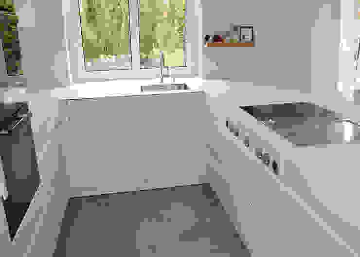 Glascouture by Schenk Glasdesign ห้องครัวเคาน์เตอร์ครัว กระจกและแก้ว White