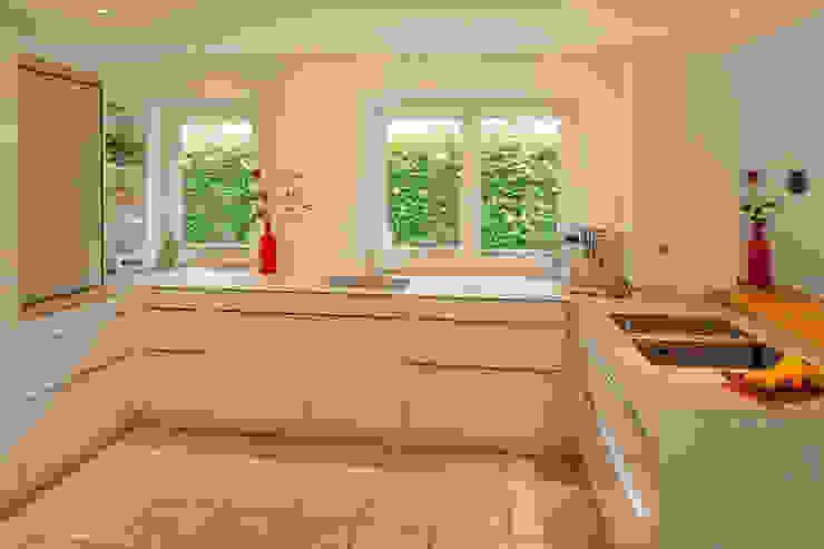Glascouture by Schenk Glasdesign ห้องครัวเคาน์เตอร์ครัว กระจกและแก้ว Beige