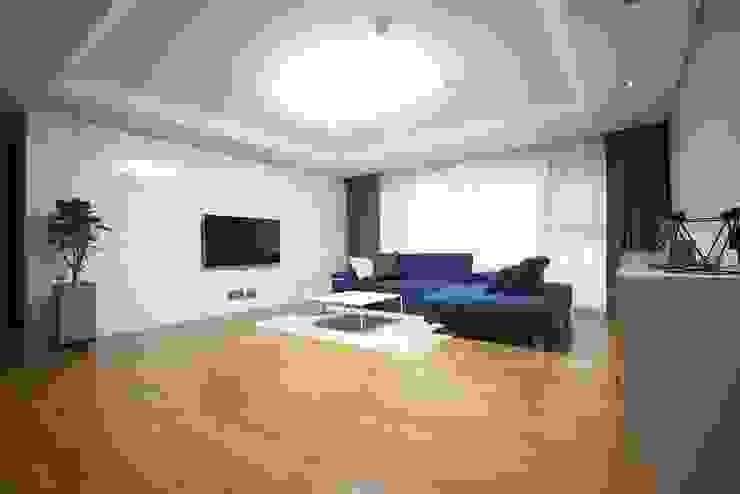 일산 49평 프렌치모던 홈스타일링 모던스타일 거실 by homelatte 모던