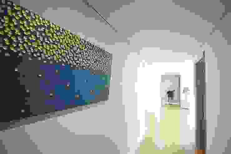 homelatte Modern corridor, hallway & stairs