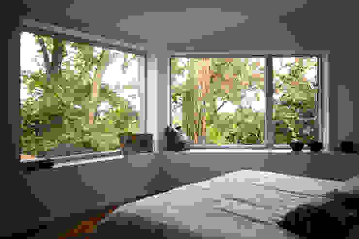 Blick auf Schlafzimmer fenster - Innen Moderne Schlafzimmer von ARCHITEKTEN BRÜNING REIN Modern