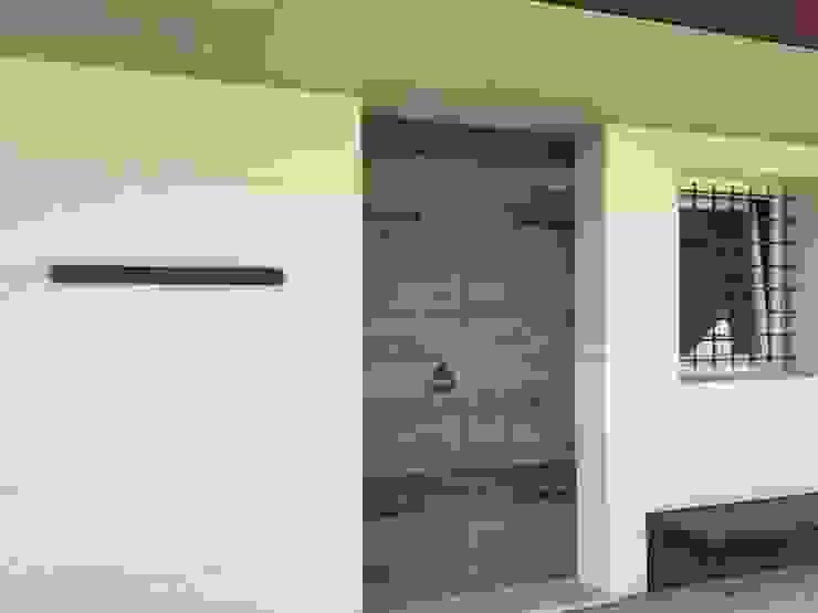 Industrial style garage/shed by Studiogkappa Industrial Marble