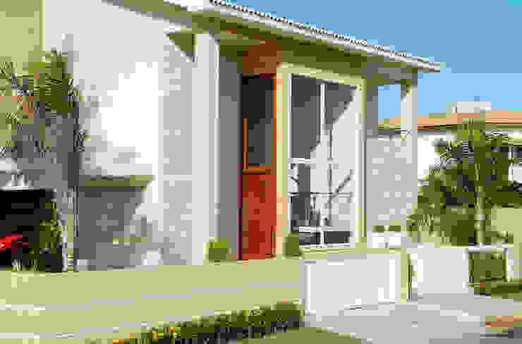 Casa com fachada marcante por Bernal Projetos - Arquitetos em Salvador Moderno