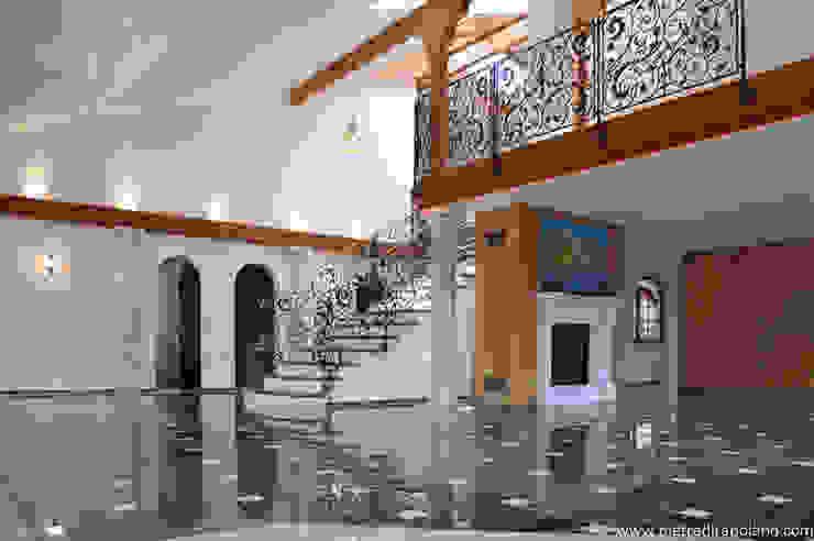 Pietre di Rapolano Pasillos, vestíbulos y escaleras de estilo ecléctico Mármol Negro