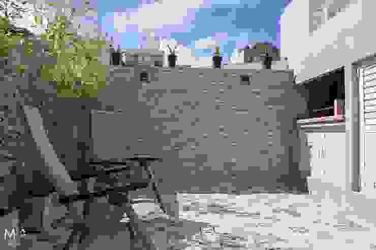 DEPTO MONOAMBIENTE LA PERLA: Terrazas de estilo  por estudio  M,Moderno