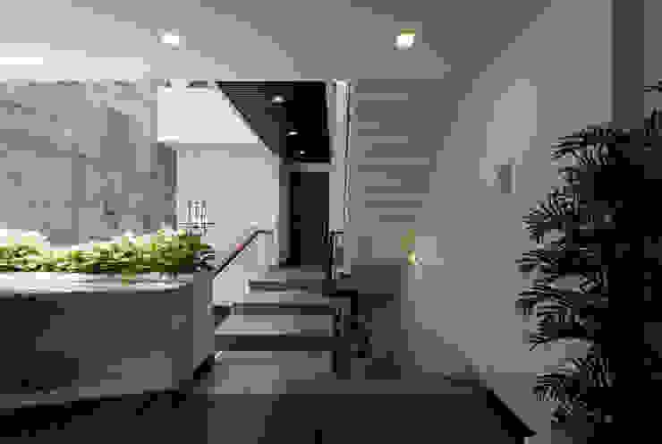 Pasillos, vestíbulos y escaleras modernos de VĂN PHÒNG KIẾN TRÚC PP Moderno