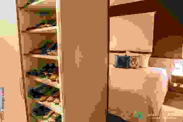 Phòng thay đồ phong cách mộc mạc bởi Camarina Studio Mộc mạc