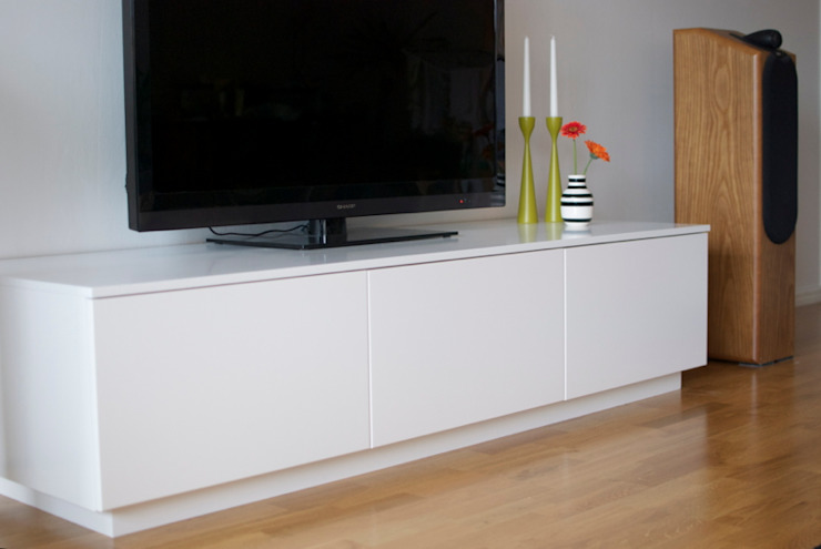 KITCHEN AND BEDROOM CUPBOARDS Modern living room by Première Interior Designs Modern