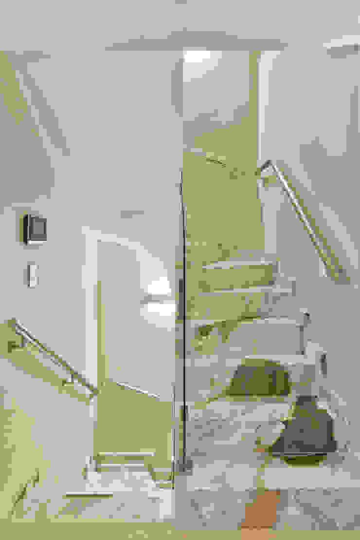 Pasillos, vestíbulos y escaleras modernos de Ana Crivellaro Moderno Mármol