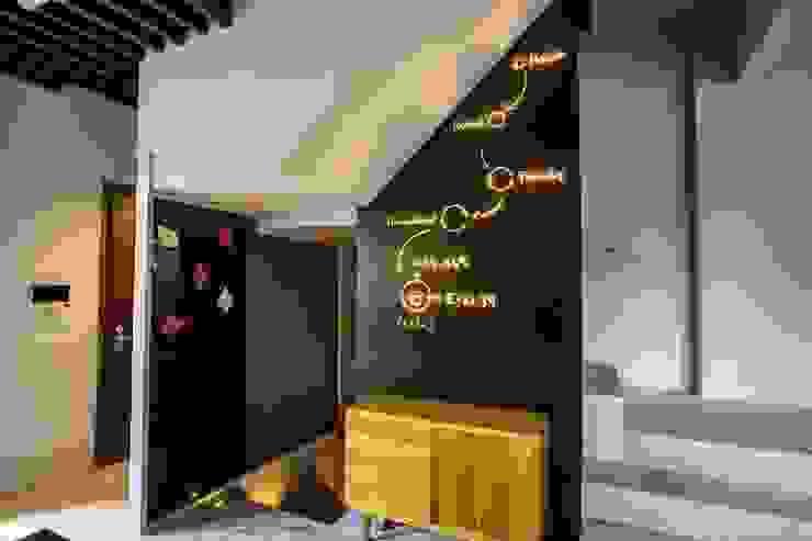 獨創清幽宅 根據 業傑室內設計 簡約風 實木 Multicolored