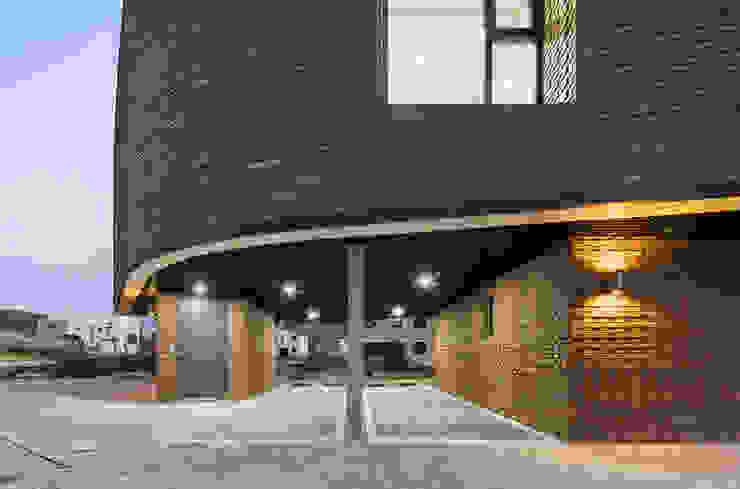 붐박스 하우스 (Boombox House) 모던스타일 차고 / 창고 by 투엠투건축사사무소 모던