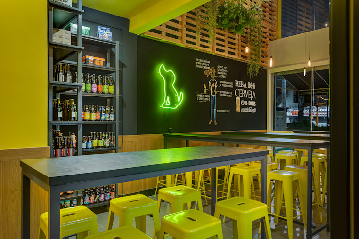 Beer Store Bares e clubes industriais por Estúdio Pantarolli Miranda - Arquitetura, Design e Arte Industrial Derivados de madeira Transparente
