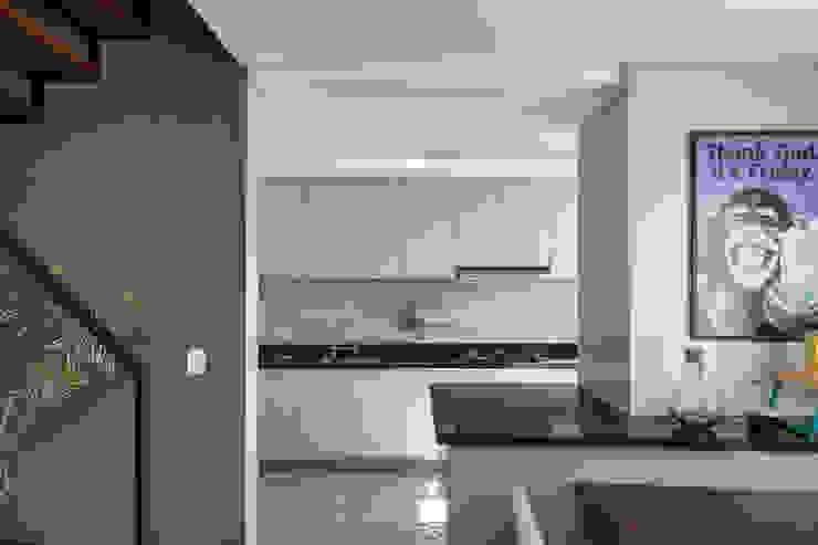 Cozinha Aberta e Integrada por Rabisco Arquitetura Moderno