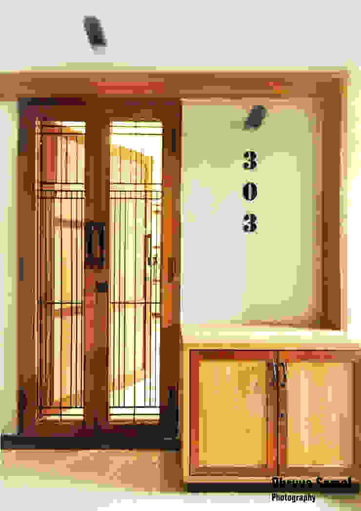 Pasillos, vestíbulos y escaleras de estilo moderno de Dhruva Samal & Associates Moderno