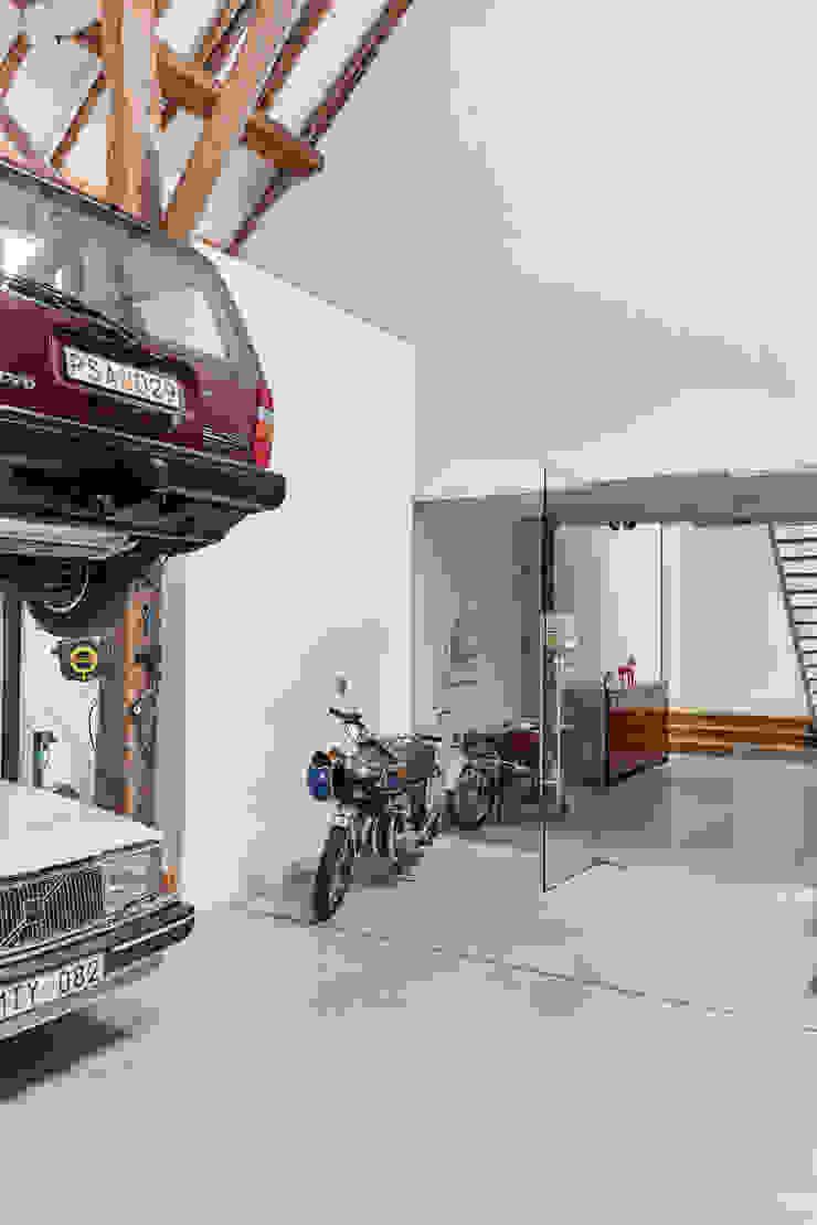 Woonboerderij Onnen - Verzameling oude auto's Landelijke garage van MINT Architecten Landelijk