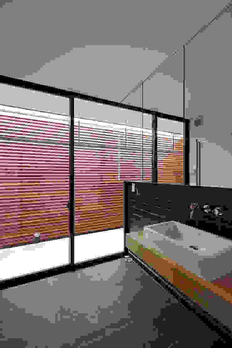 洗面脱衣室 モダンスタイルの お風呂 の 空間建築-傳 モダン