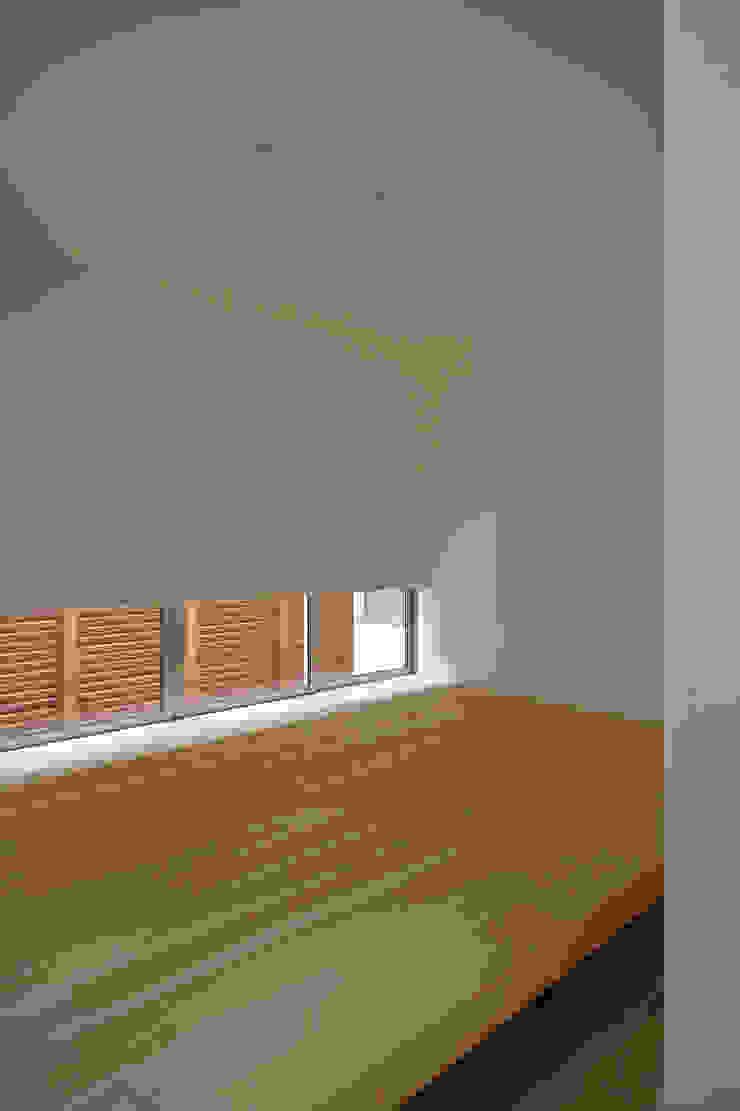 寝室 モダンスタイルの寝室 の 株式会社 空間建築-傳 モダン