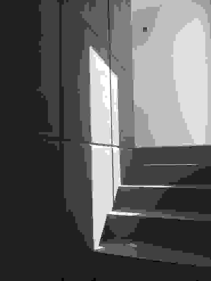 pequeño, comodo y funcional apartamento Ma&Co Pasillos, vestíbulos y escaleras minimalistas Concreto Gris