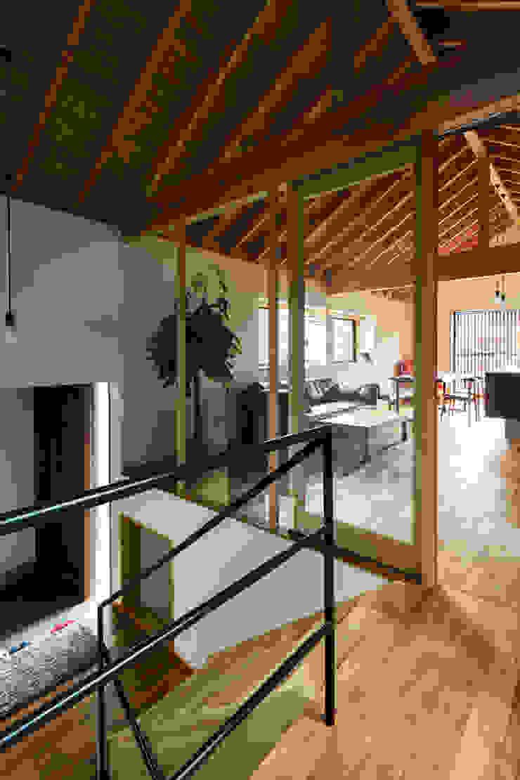 ห้องโถงทางเดินและบันไดสมัยใหม่ โดย 藤森大作建築設計事務所 โมเดิร์น ไม้ Wood effect