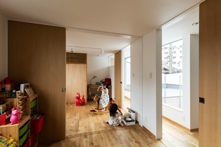 藤森大作建築設計事務所 Modern nursery/kids room Wood White