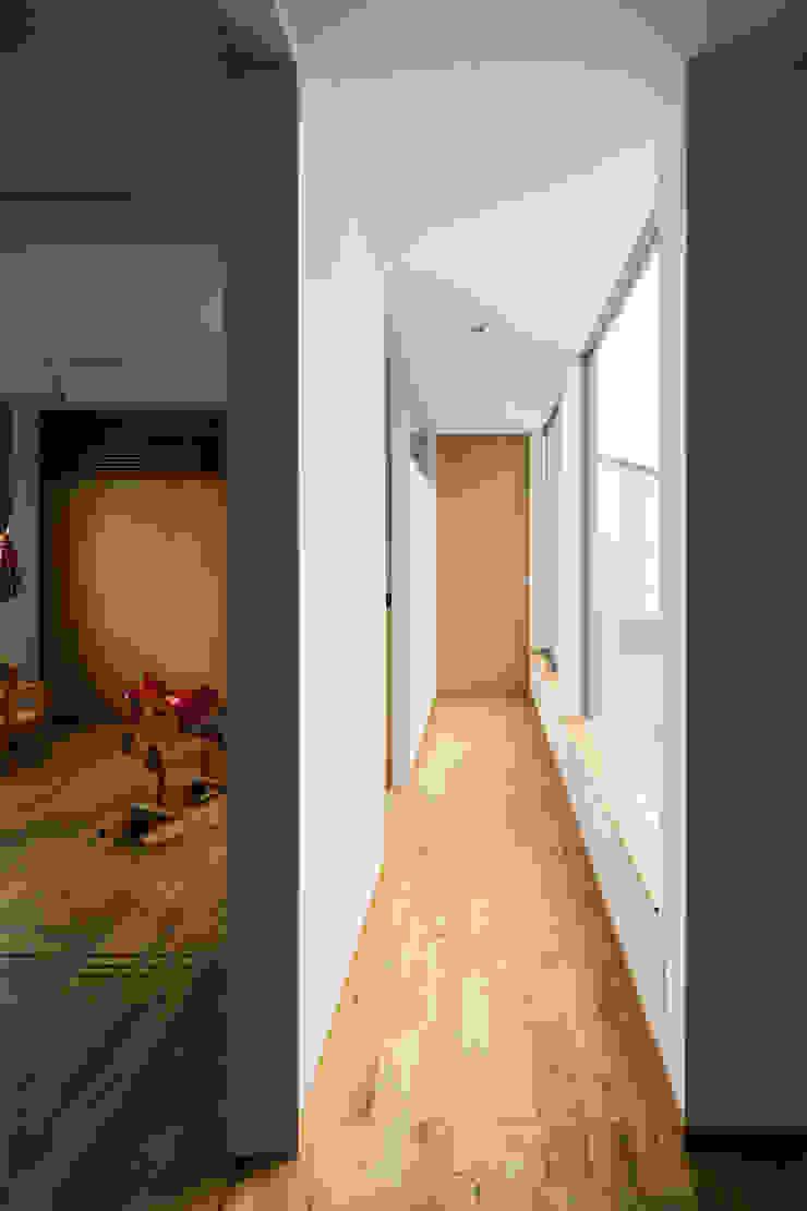 藤森大作建築設計事務所 Modern corridor, hallway & stairs Wood White