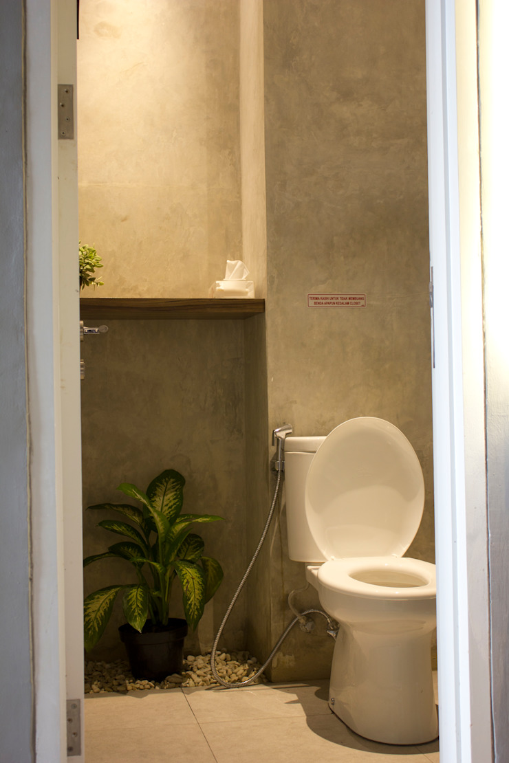 Toilet- 2nd Floor Gastronomi Gaya Industrial Oleh TIES Design & Build Industrial Beton