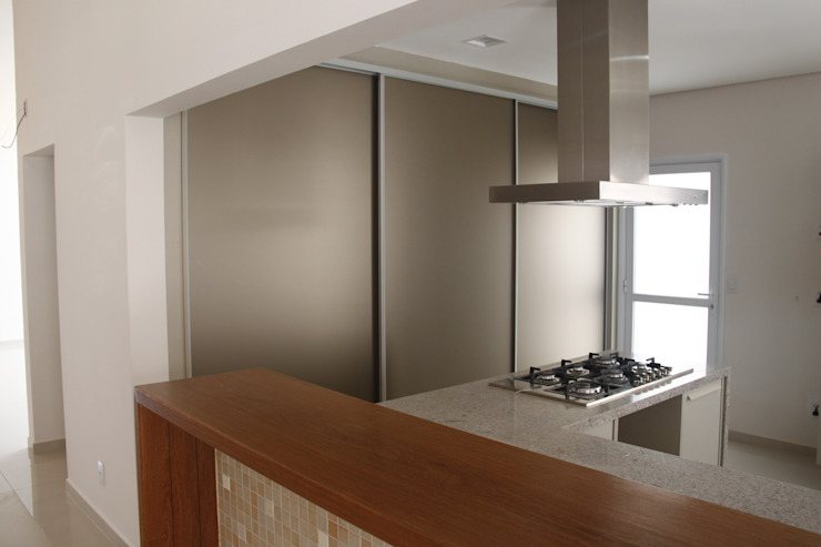 Modern kitchen by Fernanda Quelhas Arquitetura Modern
