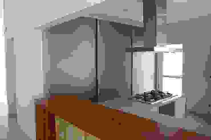 Modern style kitchen by Fernanda Quelhas Arquitetura Modern