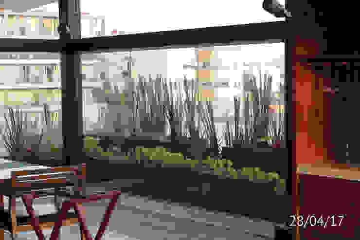 TP618 Balcones y terrazas de estilo moderno Madera Verde