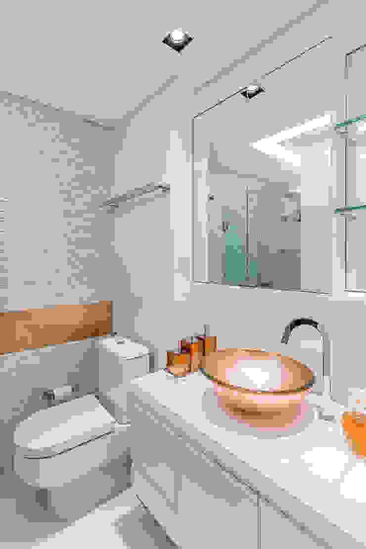 Arquitetura Sônia Beltrão & associados Modern Bathroom Copper/Bronze/Brass White
