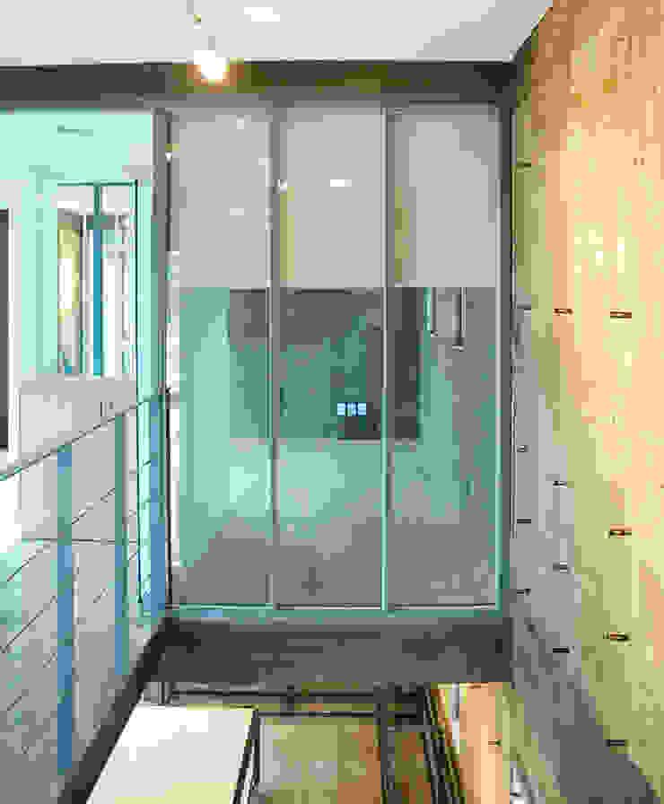 Modern corridor, hallway & stairs by 디자인모리 Modern