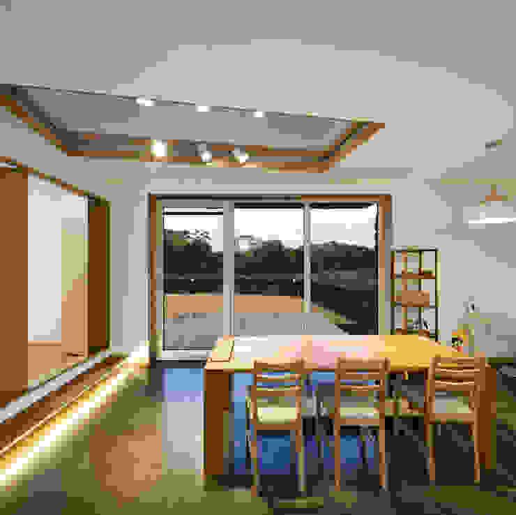 Modern dining room by (주)유타건축사사무소 Modern