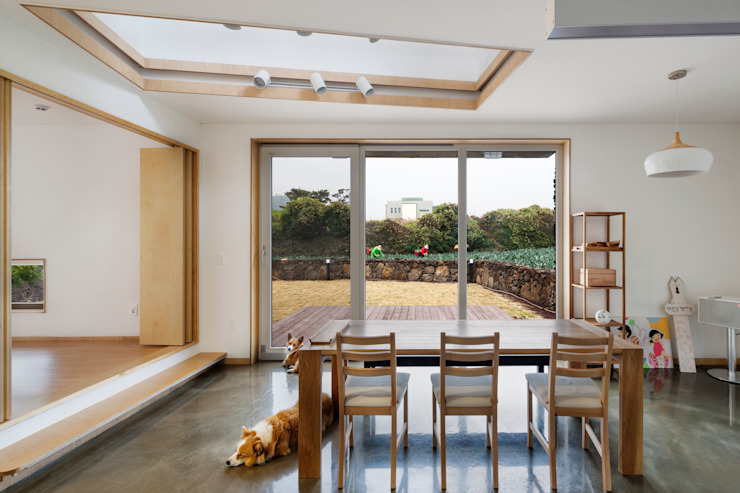 Salas de jantar modernas por (주)유타건축사사무소 Moderno