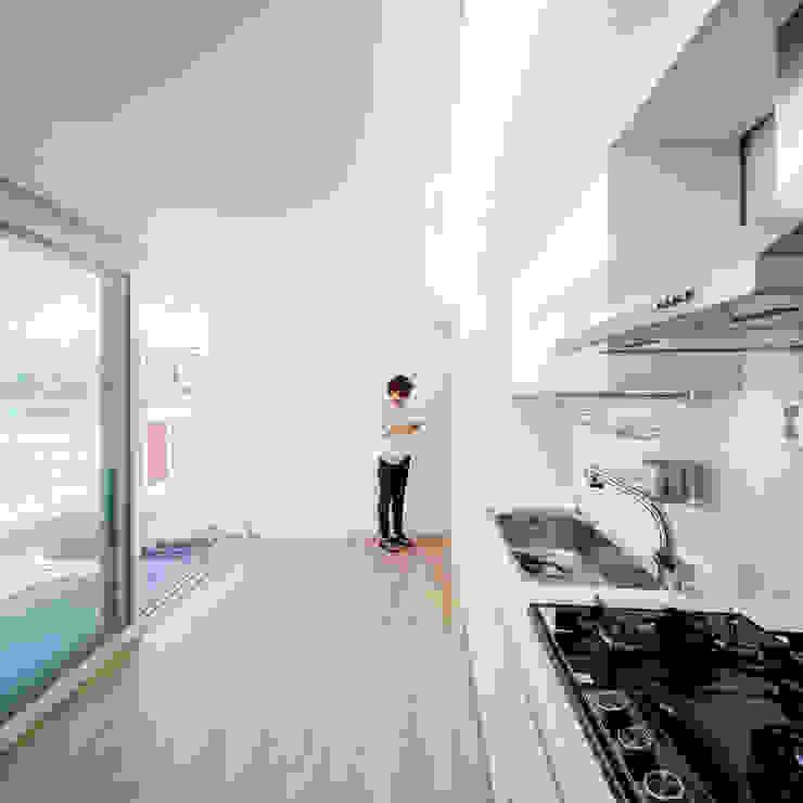 現代廚房設計點子、靈感&圖片 根據 수상건축 現代風