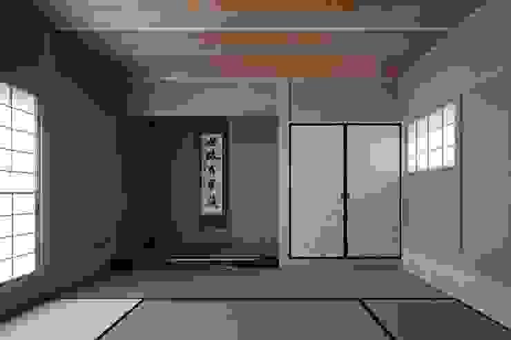 Salas de entretenimiento de estilo moderno de 吉川弥志設計工房 Moderno