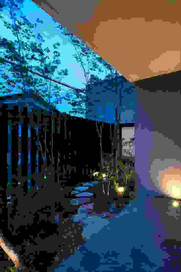 Jardines de estilo moderno de 吉川弥志設計工房 Moderno
