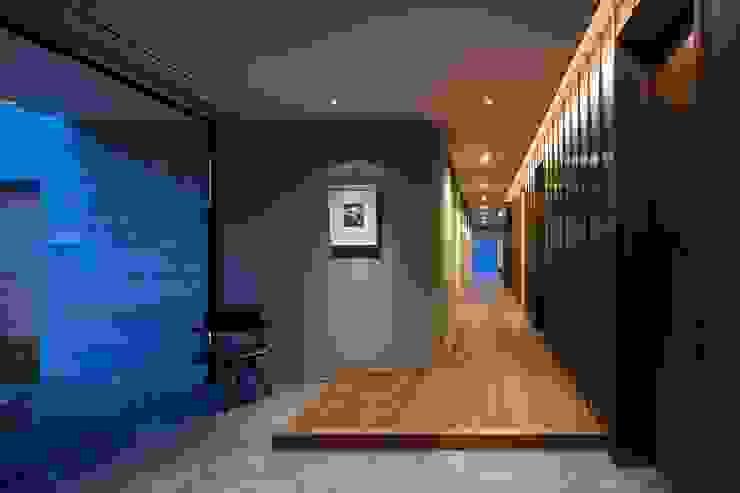 Pasillos, vestíbulos y escaleras modernos de 吉川弥志設計工房 Moderno