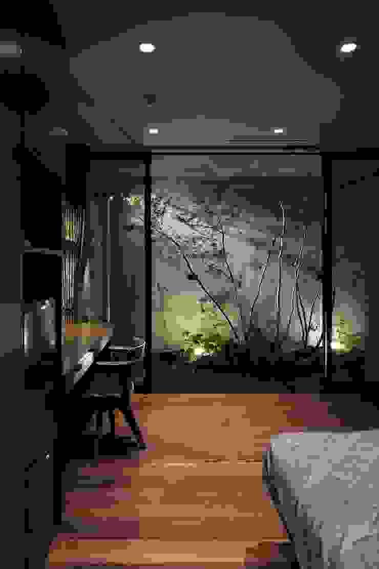 Dormitorios de estilo moderno de 吉川弥志設計工房 Moderno