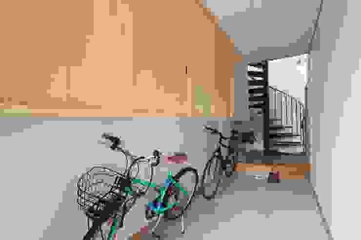 Pasillos, vestíbulos y escaleras de estilo ecléctico de 堺建築設計事務所 Ecléctico
