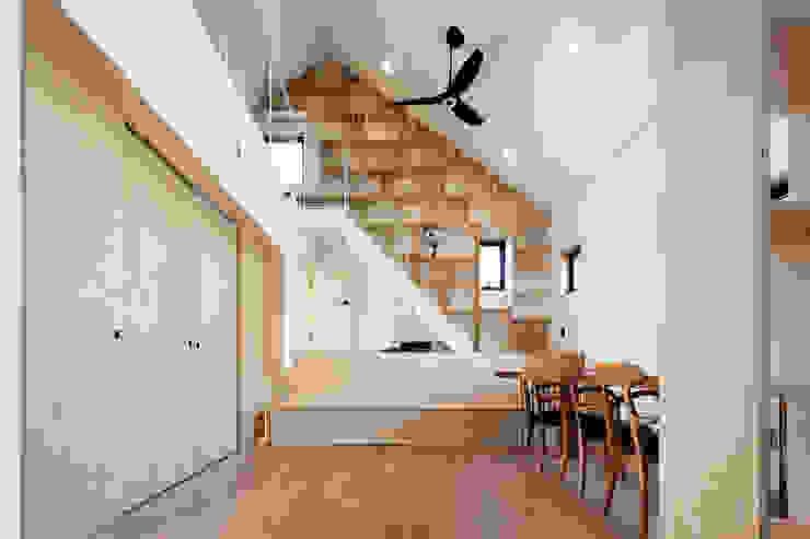 Modern living room by (주)유타건축사사무소 Modern