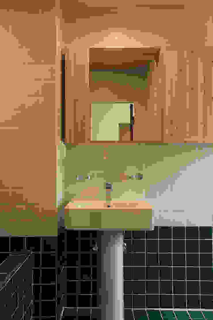 Baños de estilo moderno de atelierBASEMENT Moderno